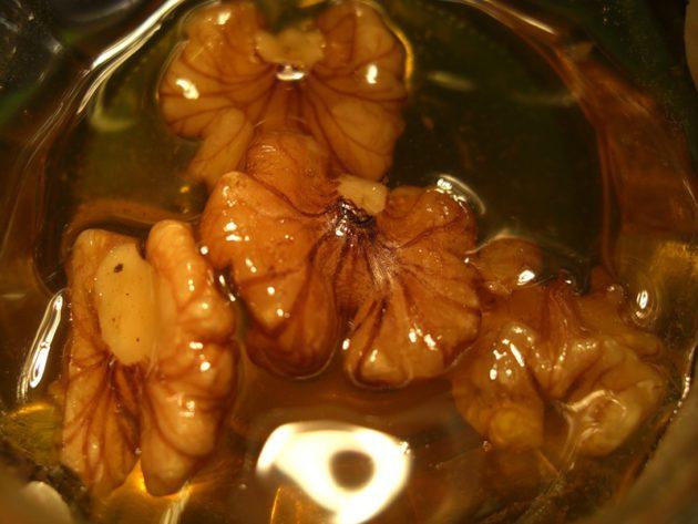 Ядра грецкого ореха у меду