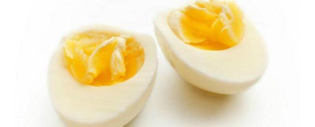 Половинки отварного яйца