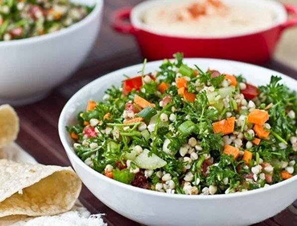 Салат с гречкой в белой миске