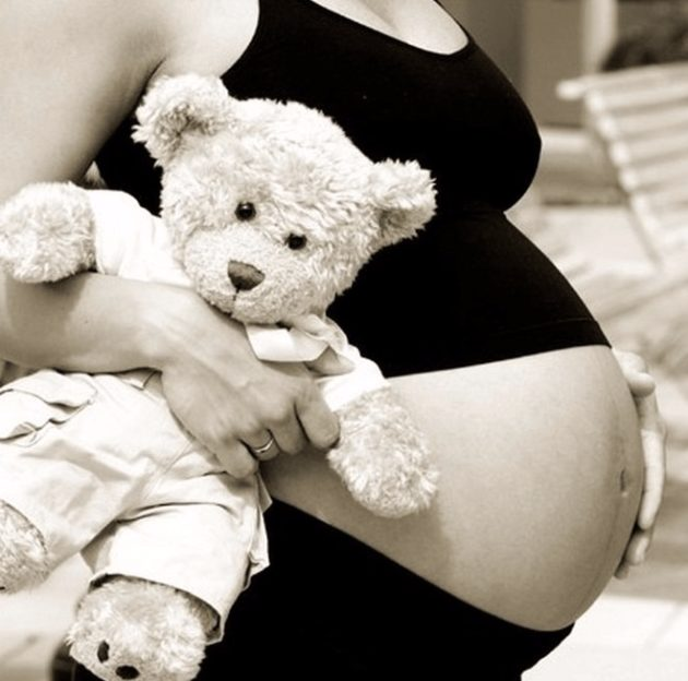 Беременная с игрушкой