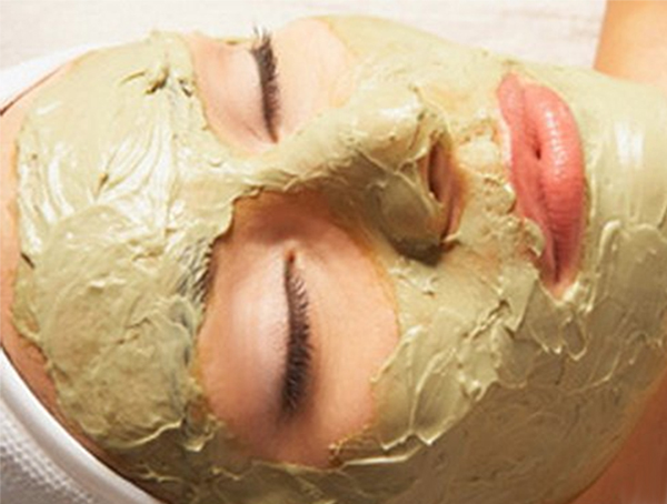 Девушка делает маску для лица