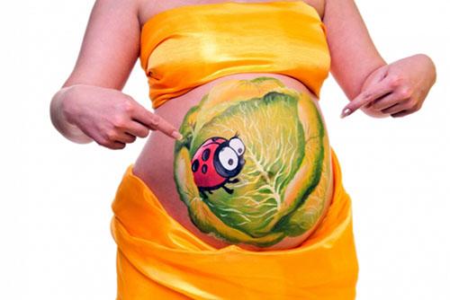 Боди-арт в виде капусты на беременной девушке