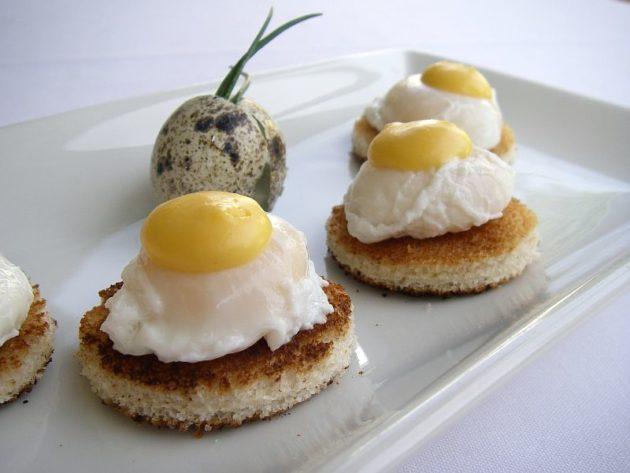 Тосты с перепелиными яйцами