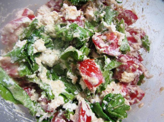 Салат с творогом, томатами и зеленью