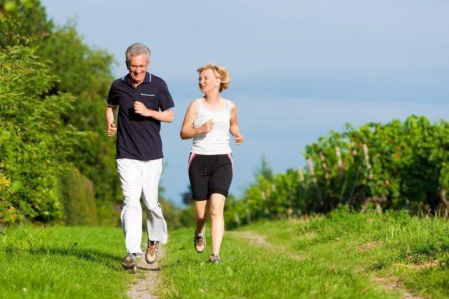 Бегущие по дорожке мужчина и женщина