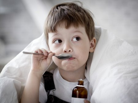 Малыш пьёт сироп солодки