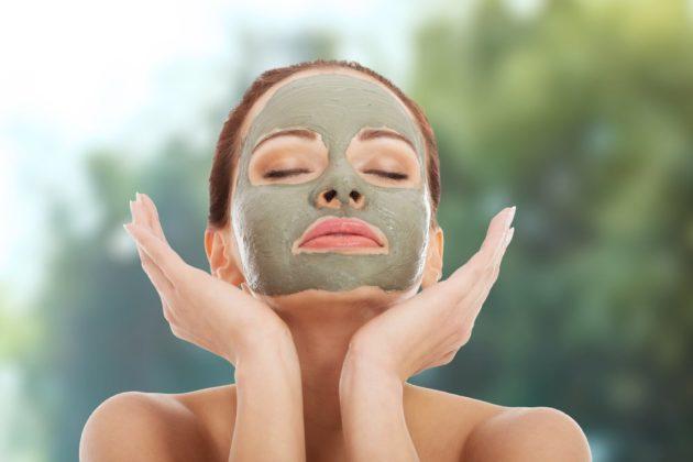Девушка с косметической маской на лице