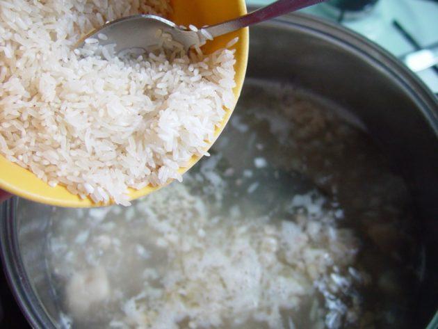 Рис пересыпают в кастрюлю для приготовления отвара