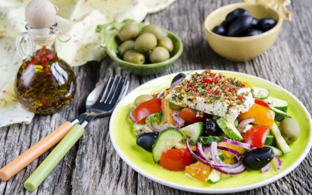 Творожно-овощной салат на тарелке