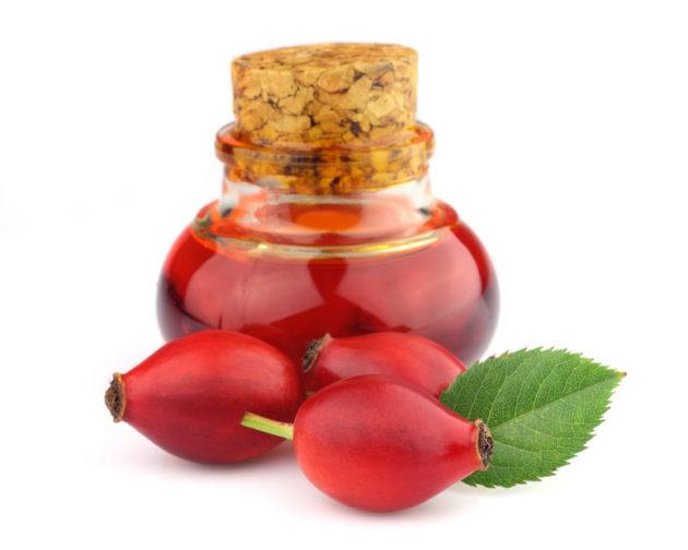 Плоды шиповника и сироп в банке