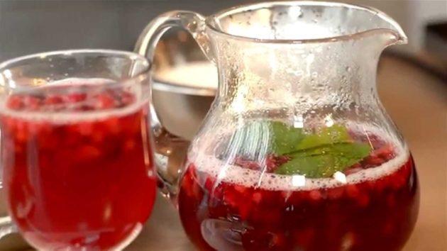 Чай брусничный в кувшине и стакане