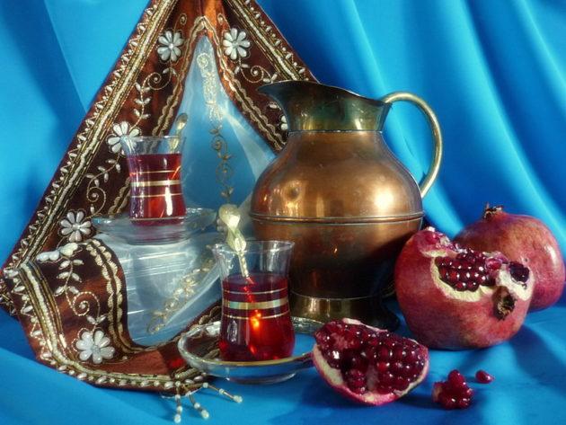 Гранат и сосуды с чаем