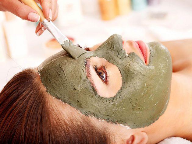 Девушка делает маску с косметической глиной