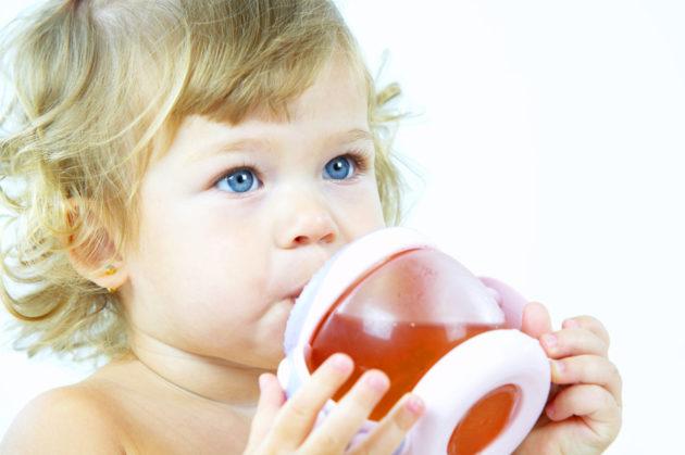 Ребёнок пьёт чай