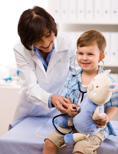 Врач-педиатр и ребёнок
