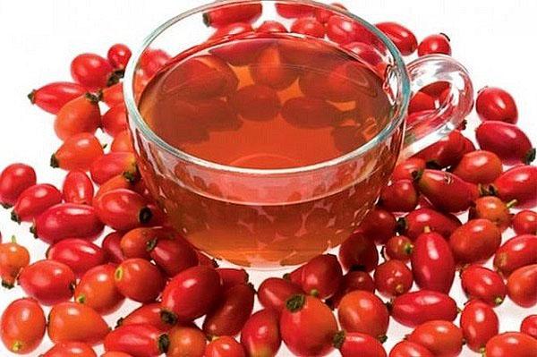 Чашка с настоем и ягоды шиповника